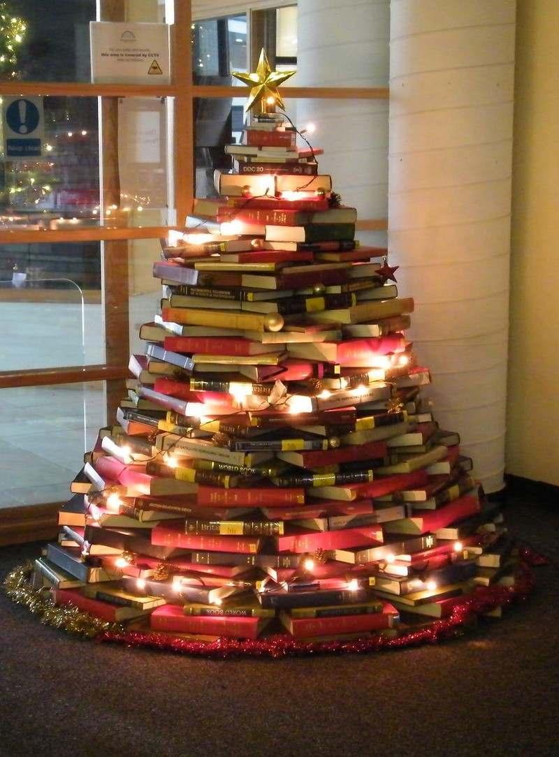 sapin insolite fait avec des livres