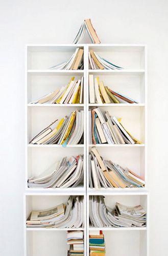 sapin réalisé avec bibliothèque et magazines