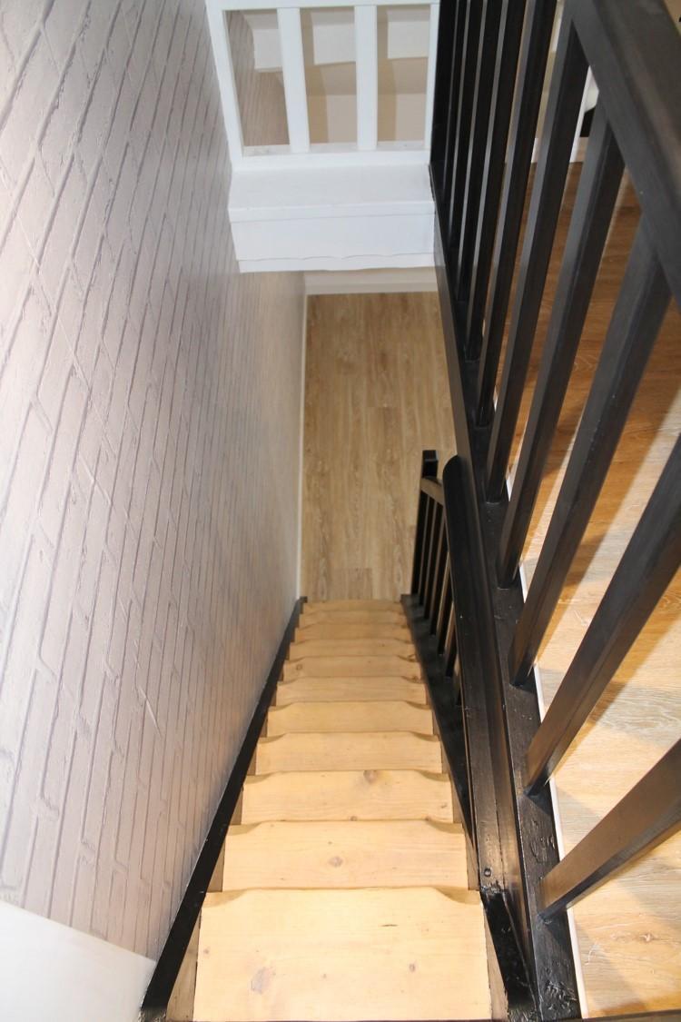 escalier bois décapé et rambarde peinte noir satiné