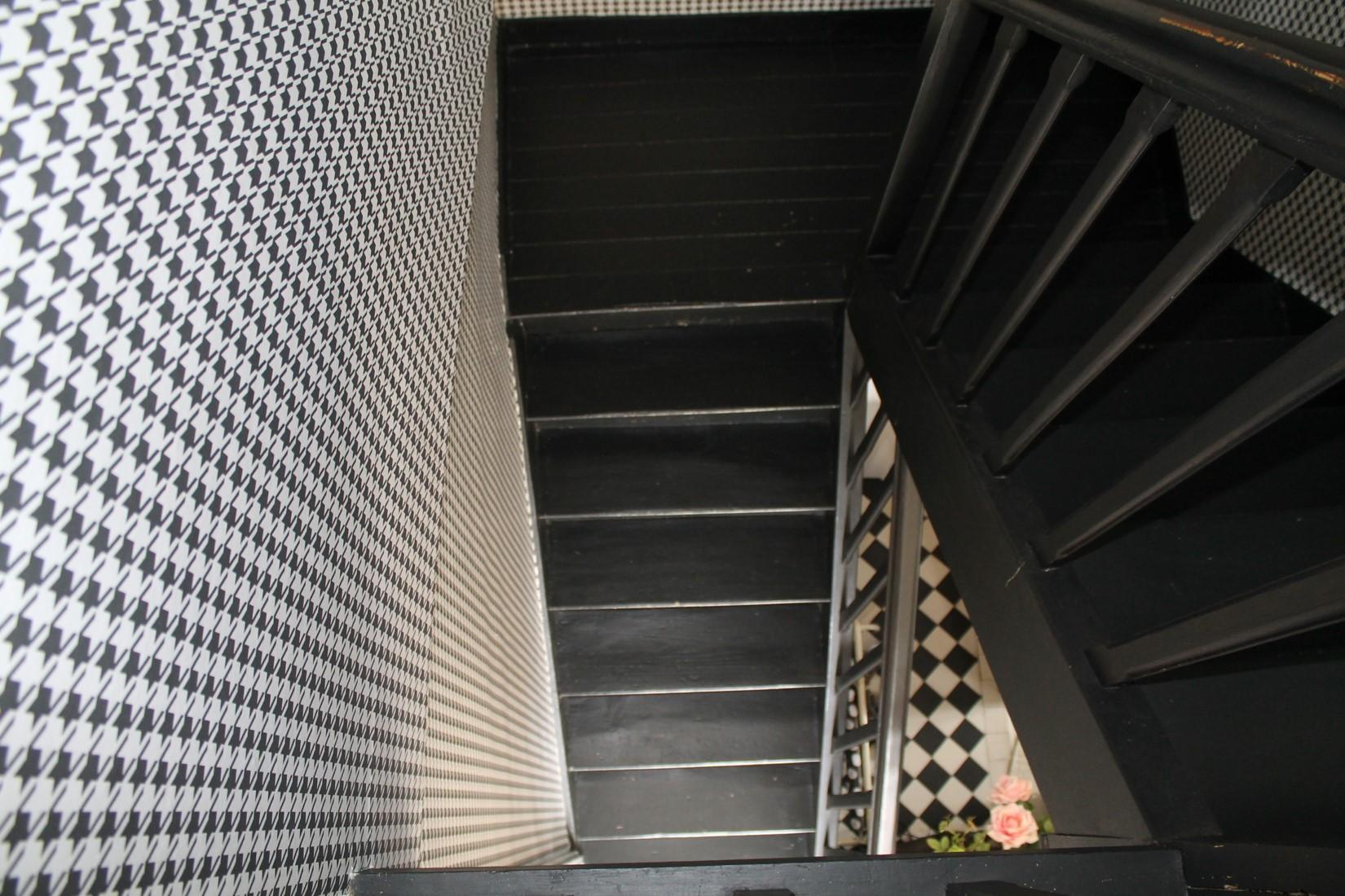 escalier noir papier peint pied de poule sol carreaux de ciment maison quinze
