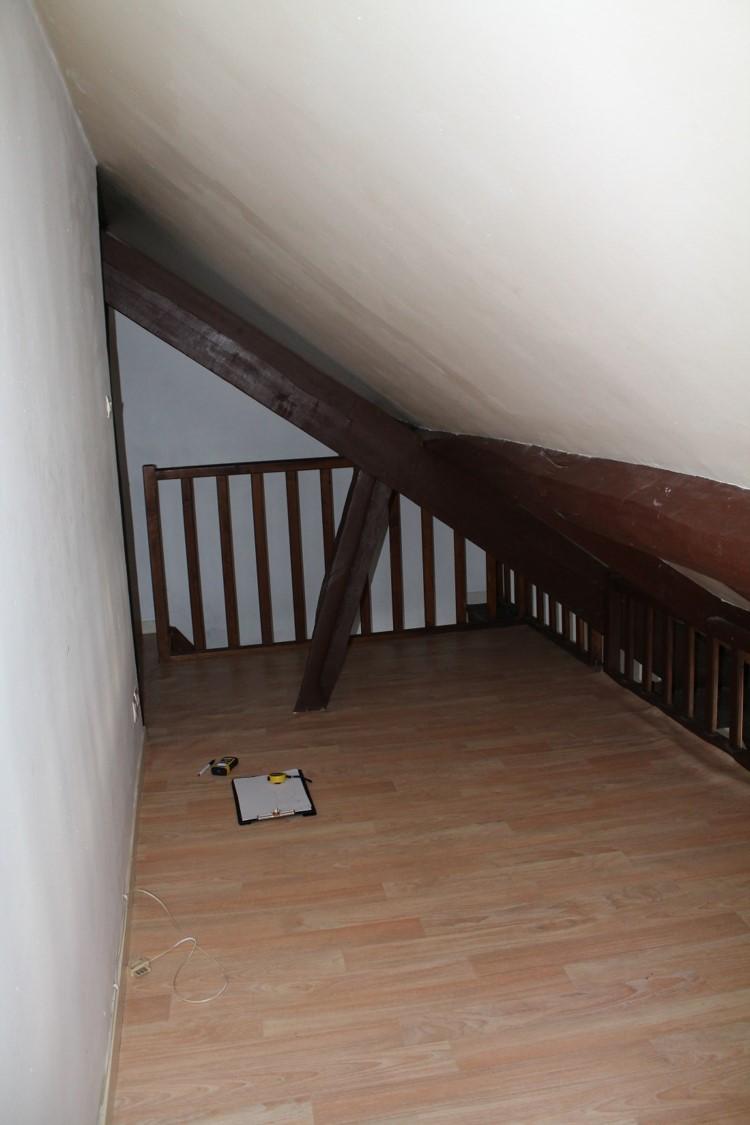 mezzanine avant travaux sol lino et poutres bois