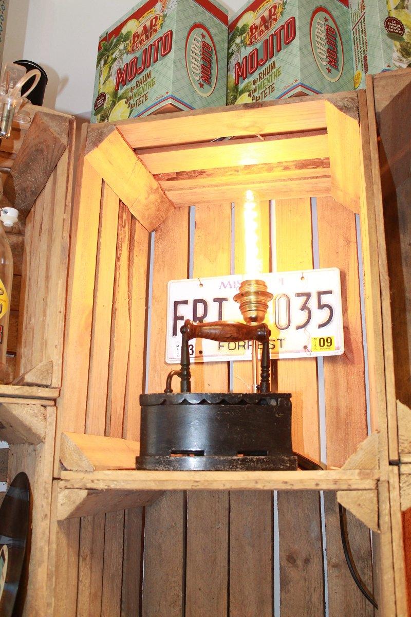 ancien fer à repassé relooké en lampe