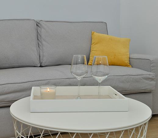 canape-gris-coussin-jaune-deco-salon