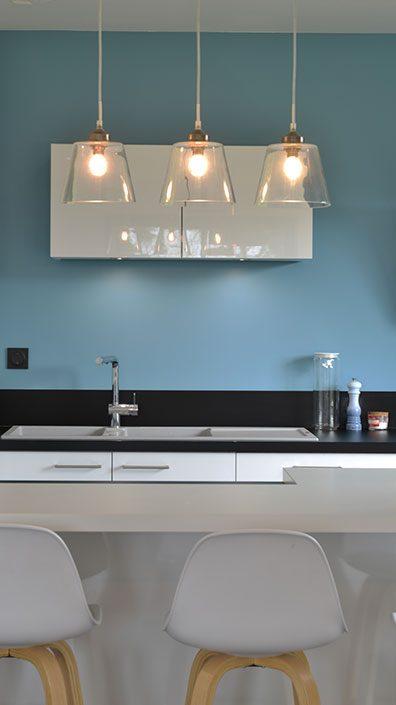 cuisine-ouverte-mur-bleu-deco