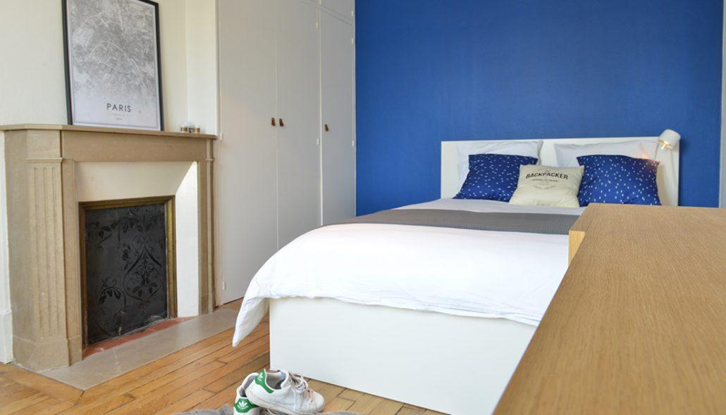 chambre-avec-cheminee-peinture-mur-bleu-roi