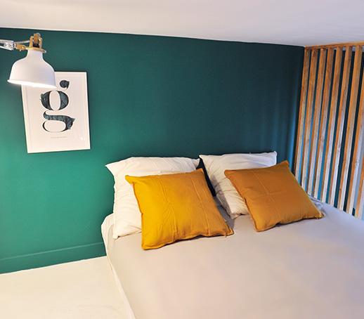 chambre-mezzanine-mur-vert-sapin