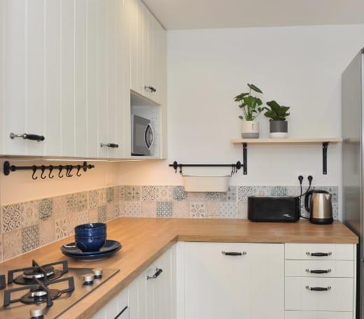 accueil-cuisine-avec-refrigerateur-apparent-gris-acier