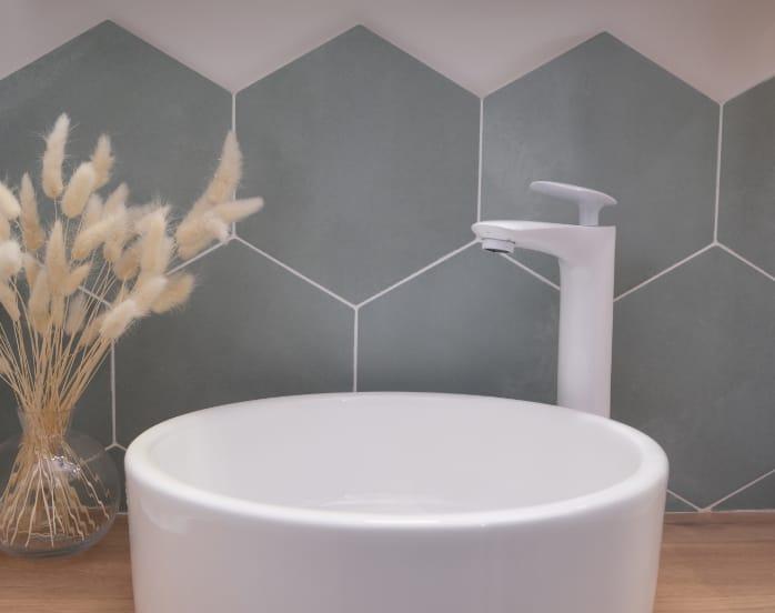 carrelage-hexagonal-vert-deau-credence-salle-de-bain