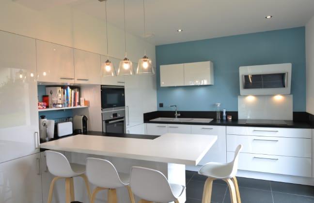 mur-bleu-cuisine-blanche-et-noire