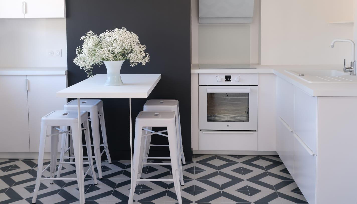 ouverture-cuisine-blanche-sur-salon-appartement